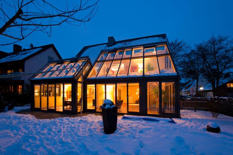 Wintergarten von außen im Winter bei Schnee